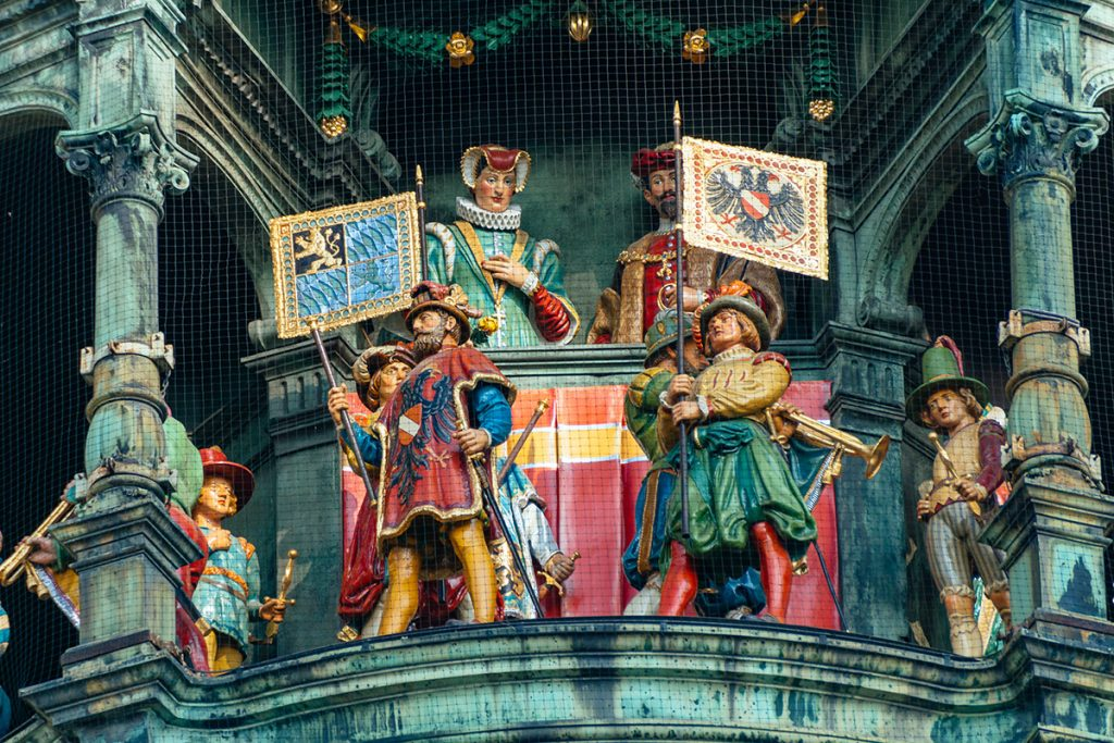 The standard-bearers in front of the knights of the Munich Glockenspiel