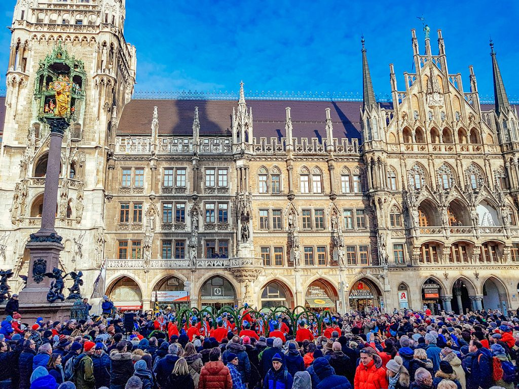 A crowd watching the Schäfflertanz on Marienplatz in Munich in January 2019