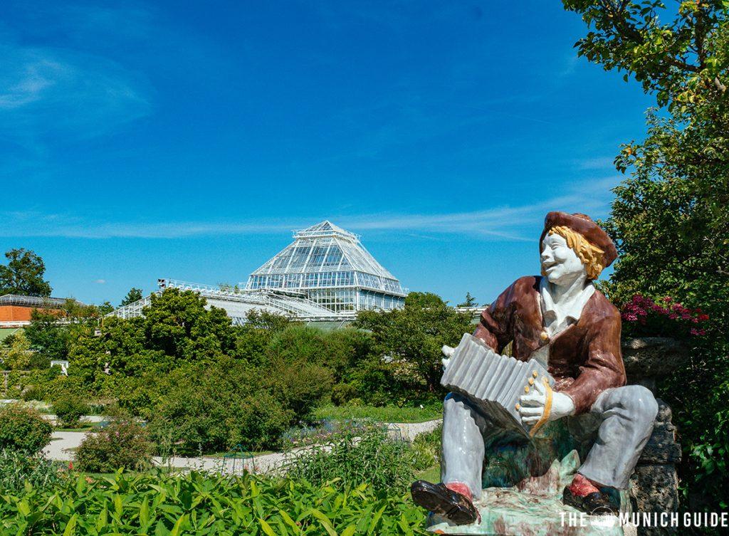A big green house in the botantical garden in Munich